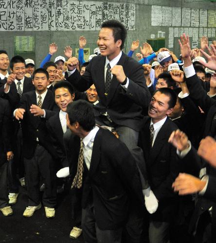 写真:チームメートらからの祝福を受ける釜田君(中央)=金沢市泉本町3丁目の金沢高