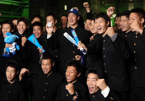 写真:野球部の仲間と喜びを爆発させる西川君(中央)=金沢市小坂町の星稜高