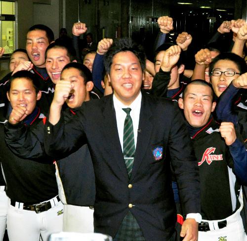 写真:野球部の後輩たちに祝福される白根尚貴選手(中央)=松江市西津田9丁目