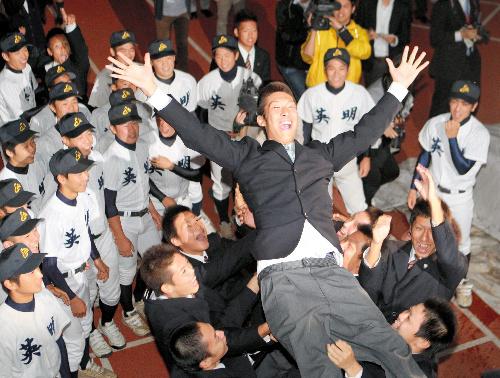 写真:巨人の1位指名が決まり、胴上げされる松本竜也投手=高松市亀岡町の英明高校