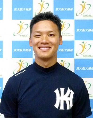 写真:日本ハムに3位指名され、笑顔を見せる東大阪大柏原高の石川慎吾選手=柏原市本郷5丁目