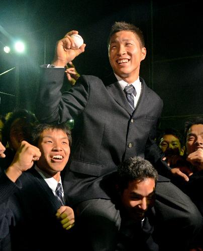 写真:同級生に抱えられ、喜ぶ塔南高の駒月仁人選手=南区