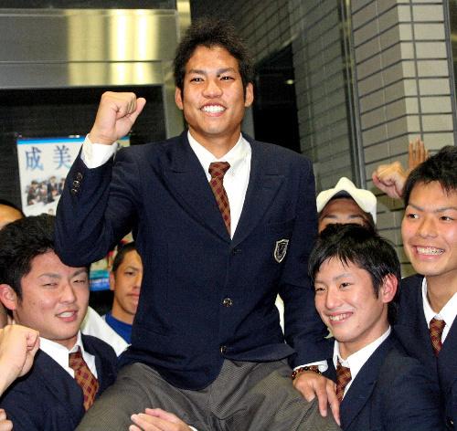 写真:同級生に抱えられ、祝福される福知山成美高の桑原将志選手=福知山市