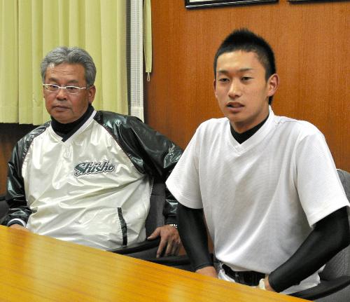 写真:真鍋監督(左)と並んで会見する三家選手=和歌山市六十谷