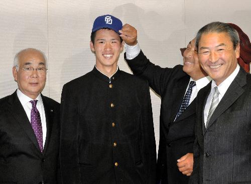 写真:中田部長(右)ら球団関係者からあいさつを受けた西川投手=金沢市小坂町の星稜高校