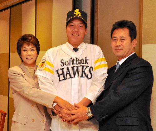 写真:契約に合意した白根尚貴選手(中央)と、山崎賢一スカウト(右)、白根選手の母みゆきさん=松江市末次本町