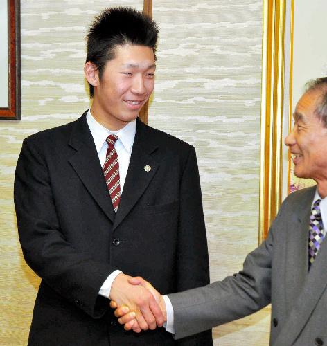 写真:町役場を訪問した松本投手(左)と筒井町長=三木町氷上