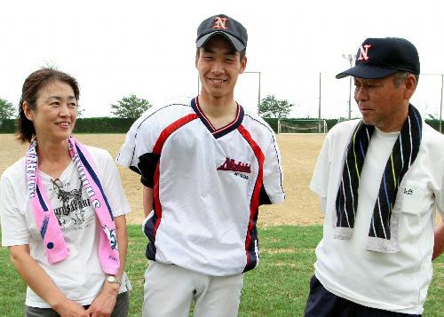 写真:父の重次さんと母の和子さんと笑顔で話す宮崎日大の武田翔太投手=7月3日、宮崎市佐土原町