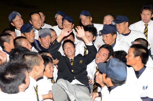 写真:チームメートに胴上げされる戸田隆矢投手=鹿児島市の樟南高校