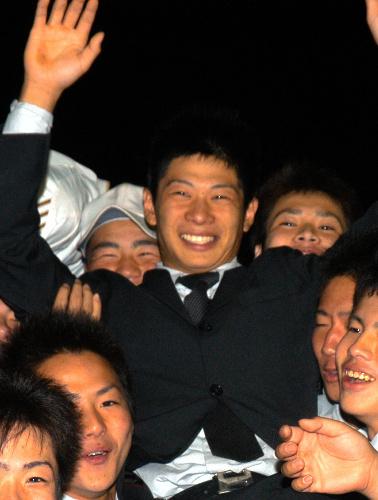 写真:胴上げされ、喜ぶ堤裕貴遊撃手(中央)=佐賀市、上山崎雅泰撮影