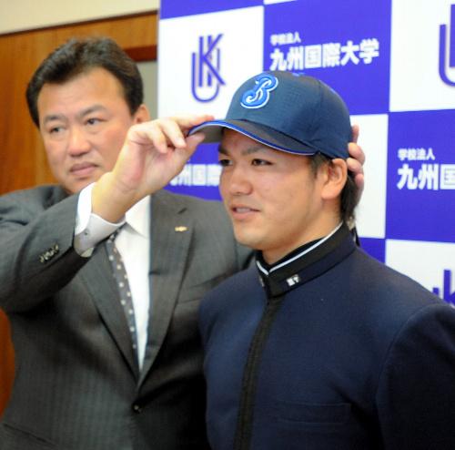 写真:横浜ベイスターズから2位指名のあいさつを受ける高城捕手=北九州市八幡東区の九州国際大