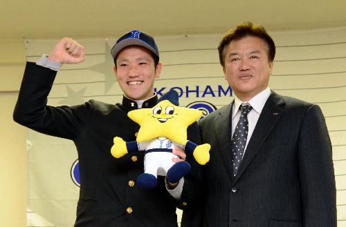 写真:ガッツポーズを取る北方投手(左)と堀井専任部長=唐津市のホテル
