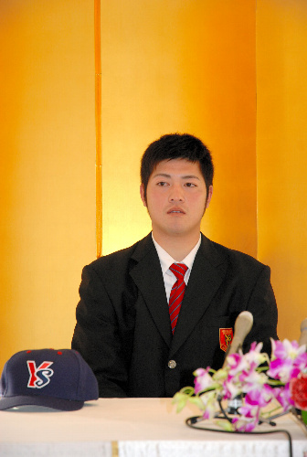 写真:仮契約後、会見に臨む木谷良平投手=大分市の全日空ホテル