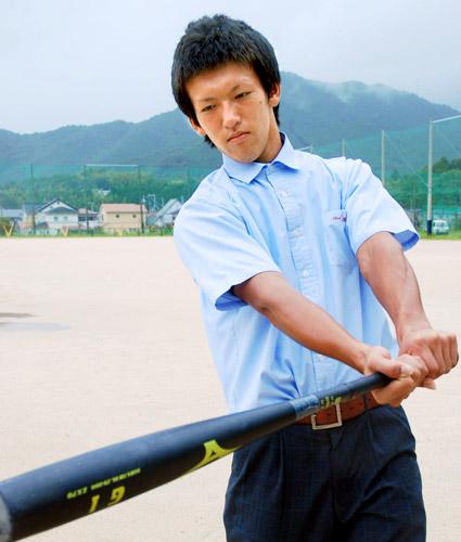 写真:学校のグラウンドでバットを振る要智樹君=新宮市佐野