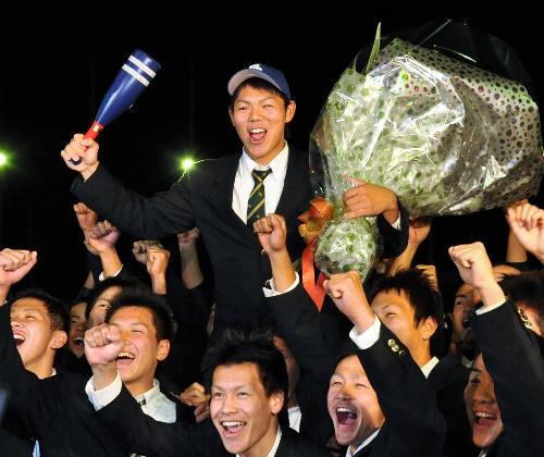 写真:チームメートに肩車をされ、笑顔を見せる高橋周平選手=27日午後5時50分すぎ、甲府市金竹町の東海大甲府高校