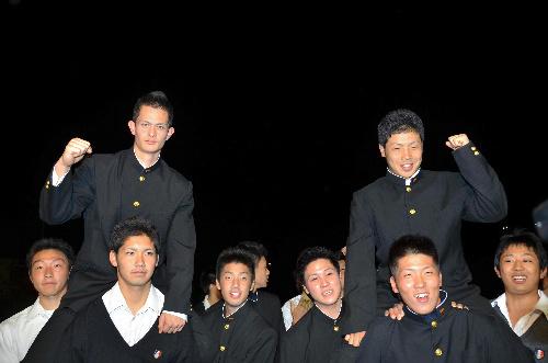 写真:グラウンドでチームメートに持ち上げられる横浜高校の乙坂智選手(左)と近藤健介選手=横浜市金沢区の横浜高校