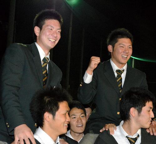 写真:チームメートから祝福される松本剛選手(左)と伊藤拓郎選手=板橋区