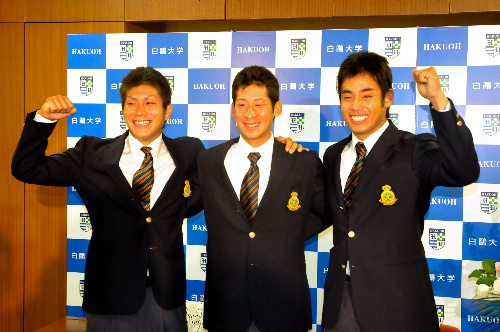 写真:笑顔を見せる、左から岡島豪郎、塚田正義、金伏ウーゴの3選手=白鴎大