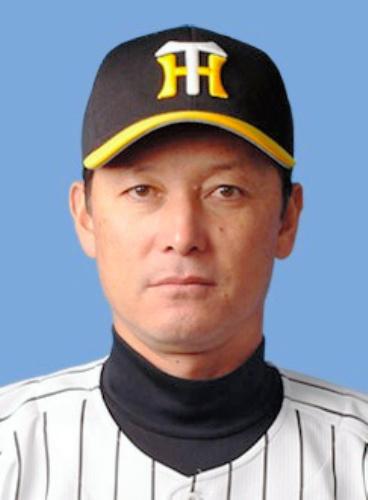 写真:吉田康夫・1軍バッテリーコーチ=阪神球団提供