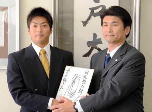 写真:西武・渡辺監督が書いた色紙を手にする田代外野手(左)と水澤英樹スカウト=八戸市美保野の八戸大