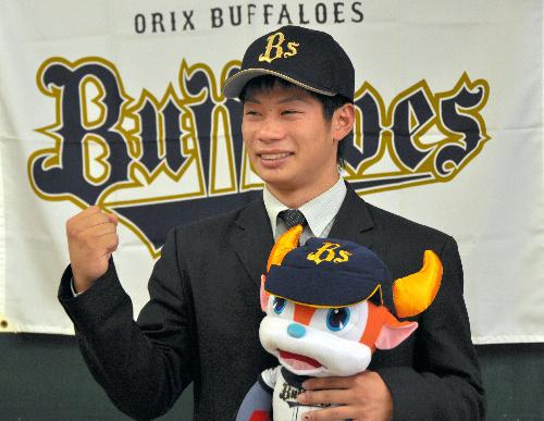 写真:初めてオリックスの帽子をかぶりガッツポーズする堤裕貴選手=佐賀市