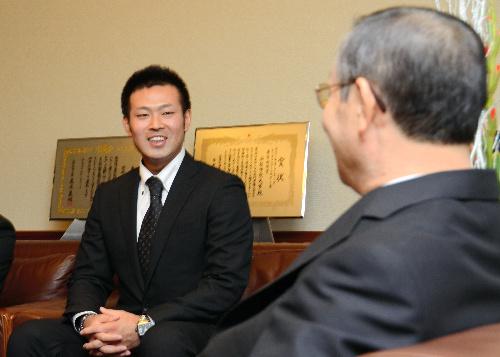 写真:母校を表敬訪問した雨宮敬投手(左)=山梨学院大