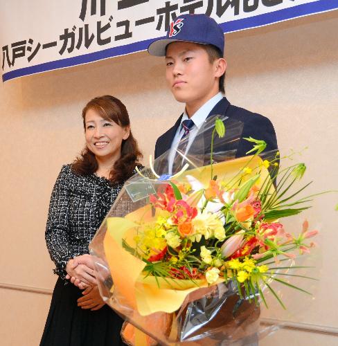写真:母・道子さん(左)と握手する川上竜平選手=八戸市鮫町の八戸シーガルビューホテル