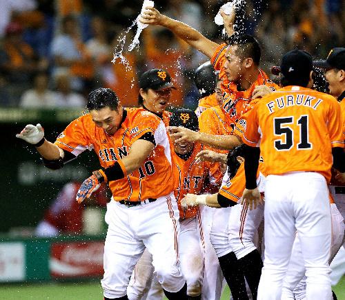 写真:サヨナラ本塁打の巨人・阿部(左端)はチームメートから手荒い祝福を受ける=時事