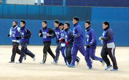 写真:ランニングする岡田(左から4番目)ら中日の新入団9選手=11日、ナゴヤ球場