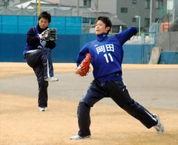 写真:新人合同自主トレでキャッチボールをする岡田(右)=11日、ナゴヤ球場