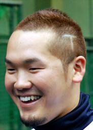 写真:頭に「T」のそり込みをいれたオリックスのT—岡田