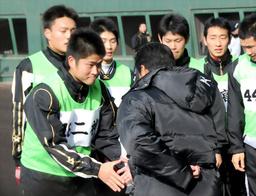 写真:真弓監督(手前)と握手をする二神ら阪神の新人選手たち
