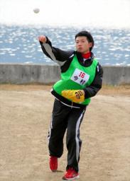 写真:キャッチボールでボールの感覚を確かめる今村(18)