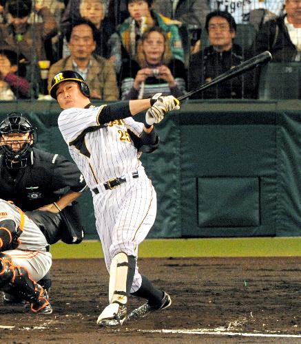 写真:4回裏阪神1死二塁、新井は中越え2点本塁打を放つ=筋野健太撮影