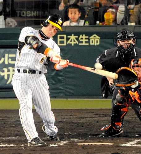 写真:6回裏阪神1死一塁、金本は右中間に勝ち越しの2点本塁打を放つ=筋野健太撮影