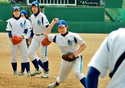 写真:開幕戦を前に、練習をする兵庫スイングスマイリーズの選手たち=小林裕幸撮影