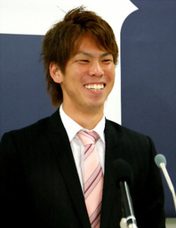 写真:契約更改後に会見した前田健