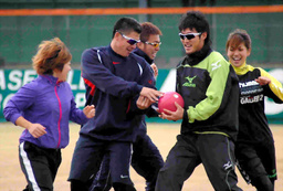 写真:ラクロスで日本初のプロになった山田幸代(右から1人目)らとボールを回して体を動かす城島(同4人目)