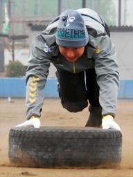 写真:タイヤを押すトレーニングに励む川崎
