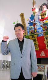 写真:福岡空港の山笠の前でポーズをとる李内野手