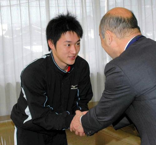 写真:プロでの健闘を誓う永江恭平選手(左)=鳥栖市役所