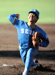 写真:1986年の日本シリーズ第1戦で先発し、広島を相手に好投した東尾氏