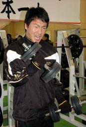 写真:筋力トレーニングで鍛える巨人の長野久義