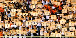 写真:亡くなった巨人・木村拓也コーチの背番号「0」のボードが掲げられたスタンド=24日、東京ドーム、長島一浩撮影