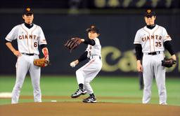 写真:亡くなった木村拓也コーチの長男・恒希君は始球式のマウンドに立った=24日、東京ドーム、代表撮影