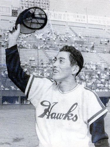 写真:200勝を達成し、声援にこたえる皆川睦雄氏=1968年10月