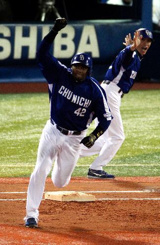 写真:6回表中日2死一、三塁、ブランコは右中間に同点本塁打を放ち、ガッツポーズして一塁を回る=遠藤啓生撮影