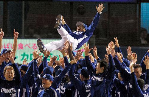 写真:優勝を決め、選手たちに胴上げされる中日の落合監督=遠藤啓生撮影