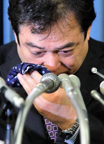 写真:会見で涙を拭う巨人の清武英利GM=11日午後、東京都千代田区、西畑志朗撮影