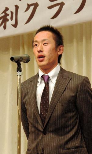 写真:千葉ロッテ・岡田幸文選手。チームが日本一となった昨年、全足利クラブの納会で仲間と関係者に感謝するとともに、さらなる飛躍を誓っていた=昨年12月、足利市のホテル
